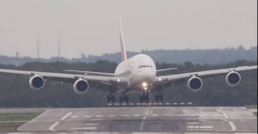 Airbus A380 all'aeroporto di Dusseldorf (screenshot)