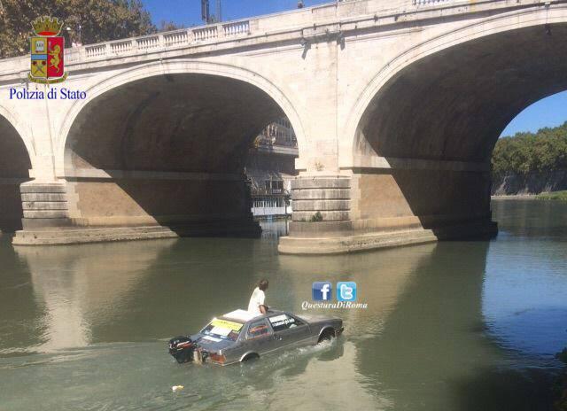 La Maserati trasformata in barca (Foto Questura di Roma)