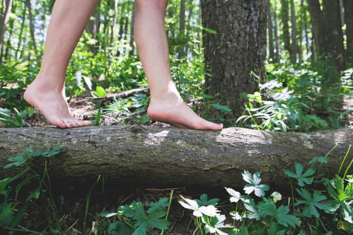 A piedi nudi nel bosco (Thinkstock)