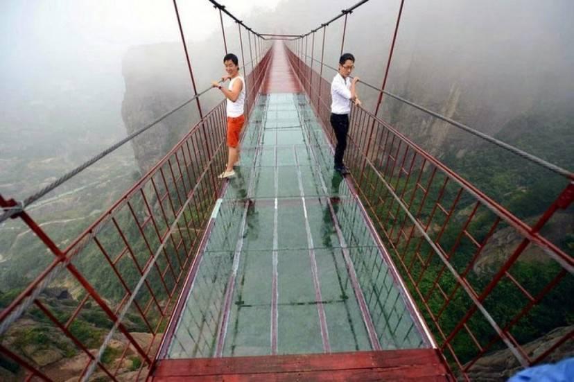 Ponte di vetro nello Shiniuzhai Geopark, Cina
