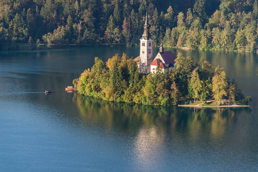 L'isola di Bled ocn la Chiesa dell'Assunzione della Vergine (Foto di Milo van Kovacevic- Licenza CC BY 2.0 via Wikimedia Commons)