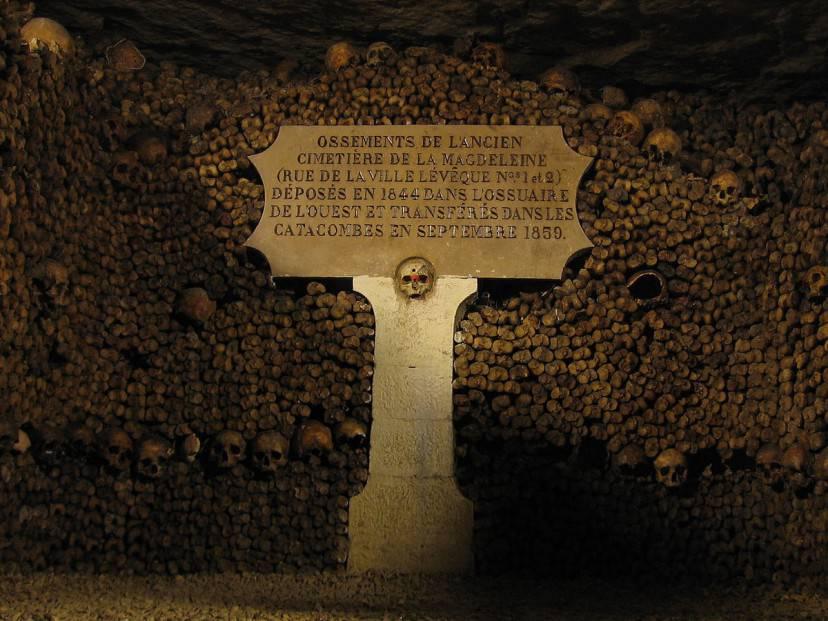 Catacombe di Parigi (Foto di Vlastula. Licenza CC BY-SA 3.0 tramite Wikimedia Commons)