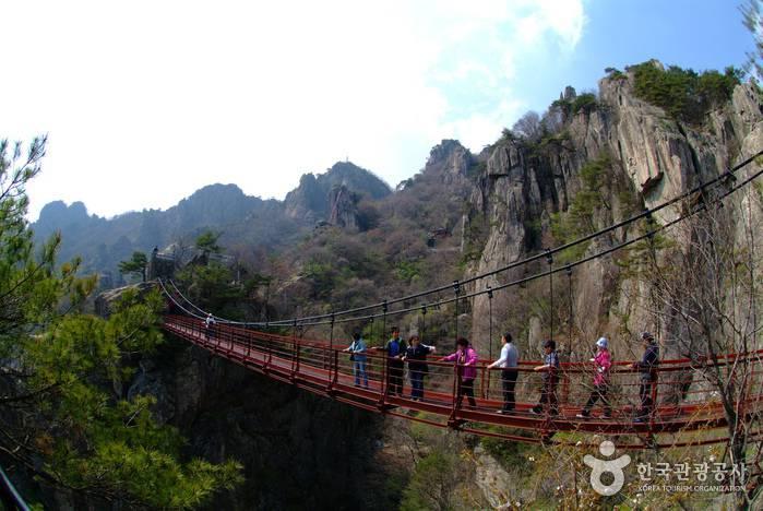 Ponte nel Daedunsan Provincial Park, Corea del Sud (Da http://asiaenglish.visitkorea.or.kr)