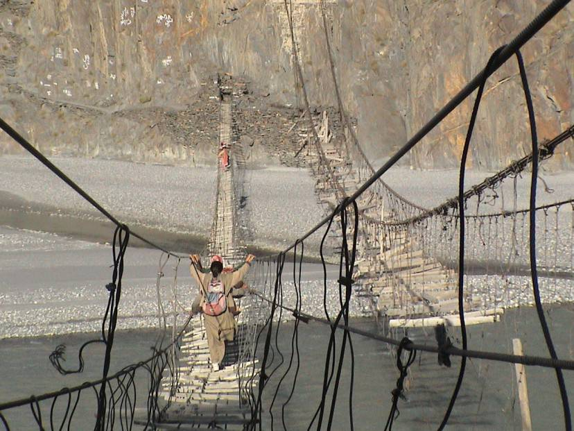 Ponte Hussaini, montagne del Karakorum (Foto di Joel Carillet. Licenza CC BY 2.0 via Wikimedia Commons)