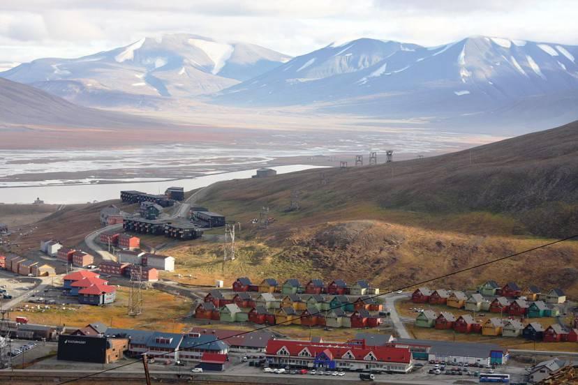 Longyearbyen (Foto di Bjoertvedt. Licenza (CC BY-SA 3.0 via Wikimedia Commons)