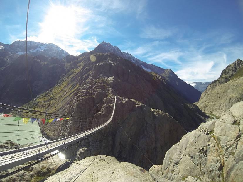 Il ponte Trift, Svizzera (Laurian Gridinoc. Licenza CC BY-SA 3.0 via Wikimedia Commons