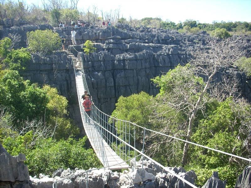 Ponte nella Riserva naturale integrale Tsingy di Bemaraha (Foto di jbplantin. Licenza CC BY 2.0 via Wikimedia Commons)