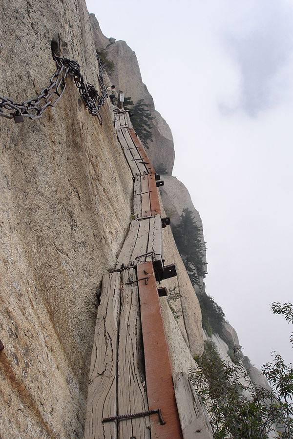 Ponte sul Monte Hua, in Cina (Foto di Ondřej Žváček. Licenza CC BY 2.5 via Commons)