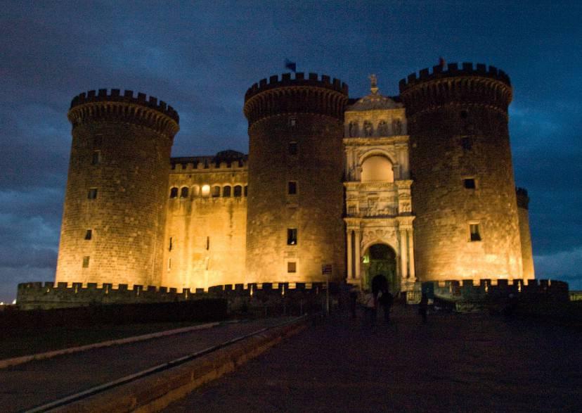 Maschio Angioino, Napoli (Foto di jqmj (Queralt). Licenza CC BY-SA 2.0 via Wikimedia Commons)