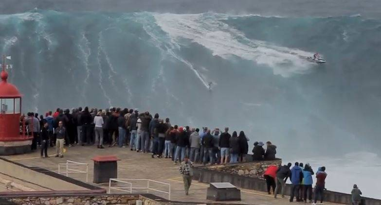 Surfista tedesco cavalca onda gigantesca i Portogallo (screenshot YouTube)