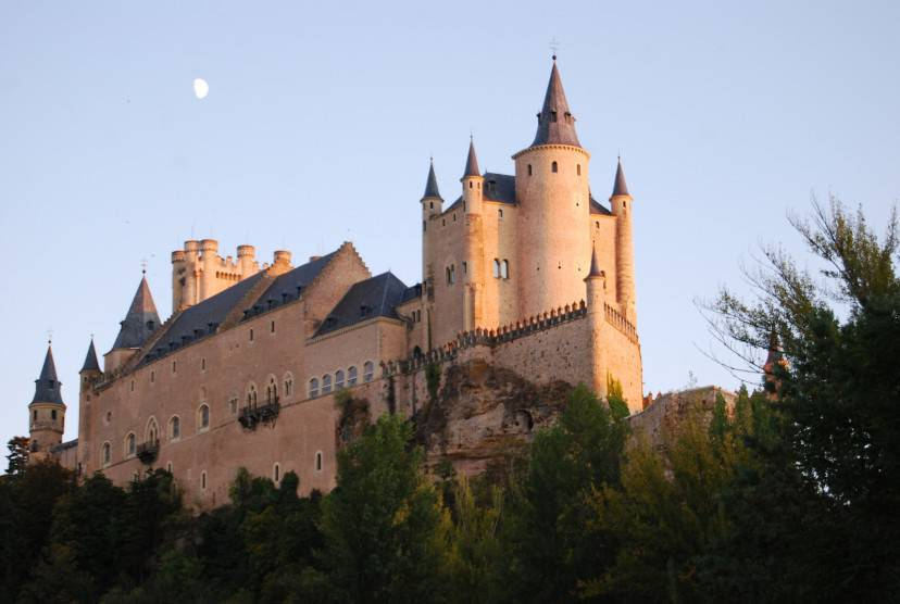 Castello di Alcazar a Segovia (carthesian from Barcelona. Licenza CC BY 2.0 tramite Wikimedia Commons)