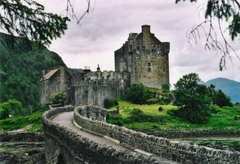 Castello di Eilean Donan, Scozia (Moralist. Licenza CC BY-SA 3.0 via Wikimedia Commons)