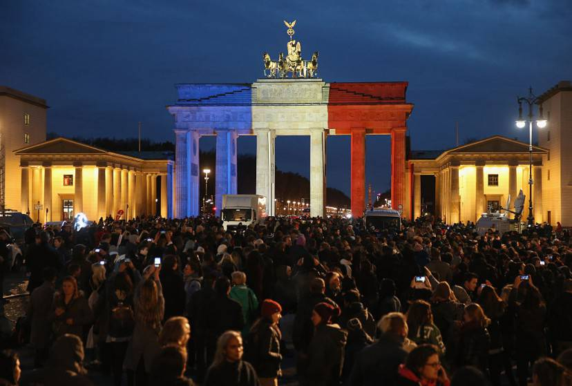Berlino, la Porta di Brandeburgo con il tricolore francese all'indomani degli attentati di Parigi (Sean Gallup/Getty Images)