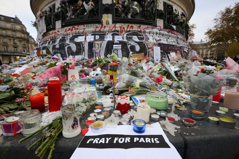 Omaggio alle vittime degli attentati di Parigi (Christopher Furlong/Getty Images)