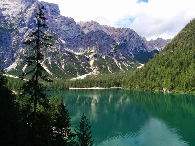 Lago di Braies (Foto di Fabio Visconti, CC BY-SA 3.0 via Wikimedia Commons)