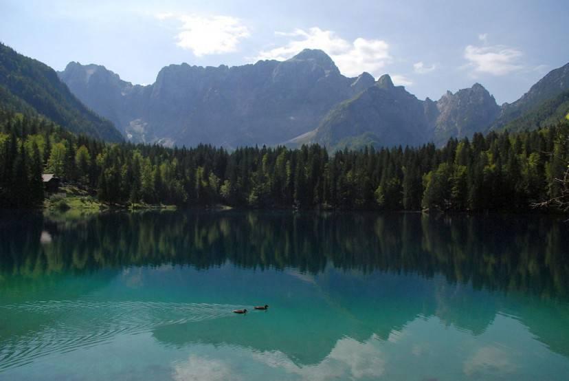 Lago di Fusine Inferiore (Foto di Eleassar. Licenza CC BY-SA 3.0 tramite Wikimedia Commons)