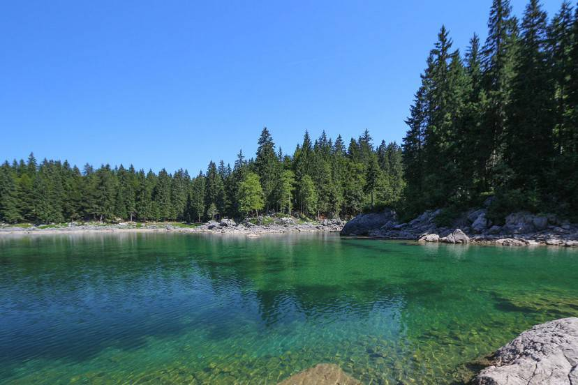 Lago di Fusine Superiore (Foto di Hubertl. Licenza CC BY-SA 4.0 via Wikimedia Commons)