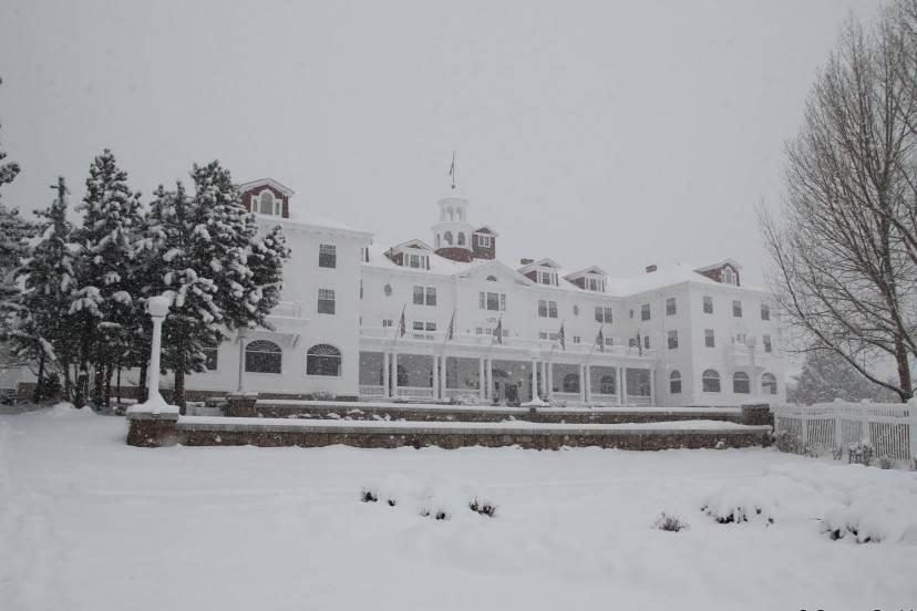 """Lo Stanley Hotel a cui è ispirato l'Overlook Hotel del libro di Stephen King """"Shining"""" (Foto Wikipedia)"""