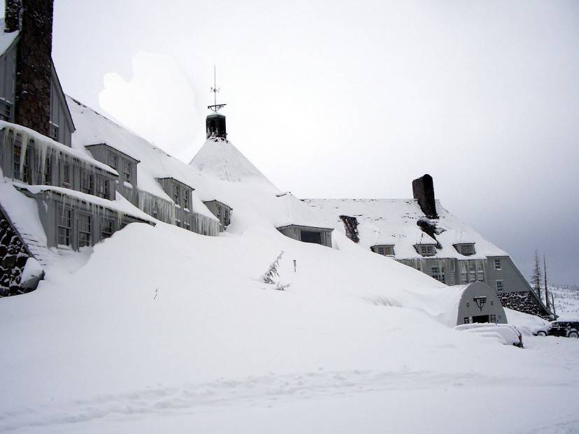 Timberline Lodge ricoperto dalla neve (Foto di EncMstr - EncMstr. Licenza CC BY-SA 3.0 via Wikimedia Commons)