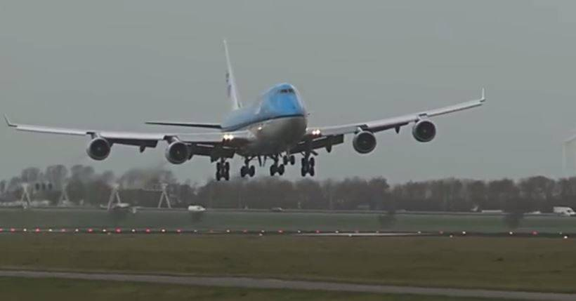 Boeing 747 all'aeroporto di Amsterdam (Screenshot YouTube)