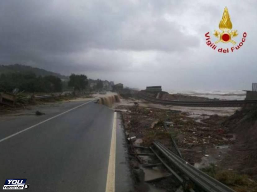 Statale 106 ionica e ferrovia distrutte dalla piena del torrente  Ferruzzano in Calabria (Foto YouReporter.it)
