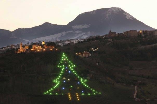 Castelbellino (AN), il grande albero di Natale (Foto facebook)