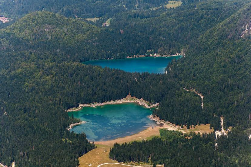 I Laghi di Fusine visti dal monte Mangart (Foto di Laagri, Estonia. Licenza CC BY 2.0 via Wikimedia Commons)