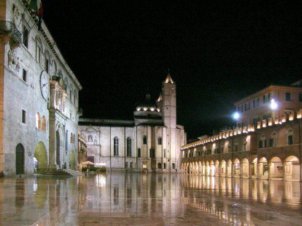 Ascoli Piceno, Piazza del Popolo (Foto di Flavia Cenciarini - Piazza del Popolo. Licenza CC BY-SA 2.0 via Wikimedia Commons)