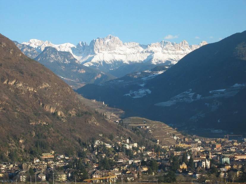 Bolzano con il Rosengarten (Foto di Fedi. Licenza CC BY-SA 3.0 via Wikimedia Commons )