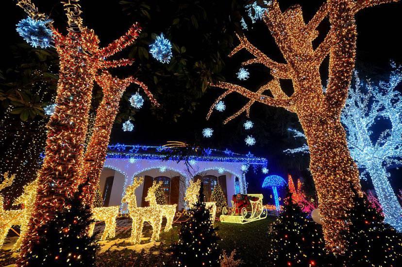 La casa di babbo natale pi illuminata del mondo in for Foto di belle case