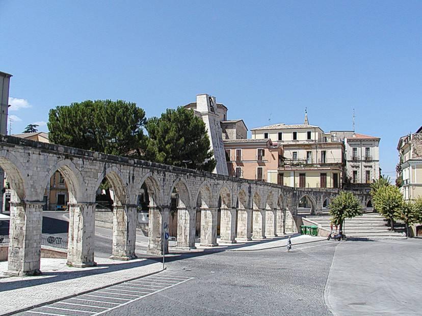 Sulmona. acquedotto medievale (Foto a Boe. Licenza CC BY-SA 2.5 via Wikimedia Commons)