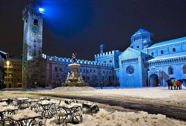 Trento, Piazza Duomo (Foto di Franco Visintainer - Opera propria. Licenza CC BY-SA 3.0 via Wikimedia Commons)