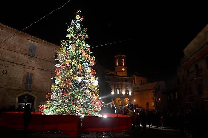 Albero di Natale a Monte San Giusto (dal sito web www.visitmontesangiusto.com)