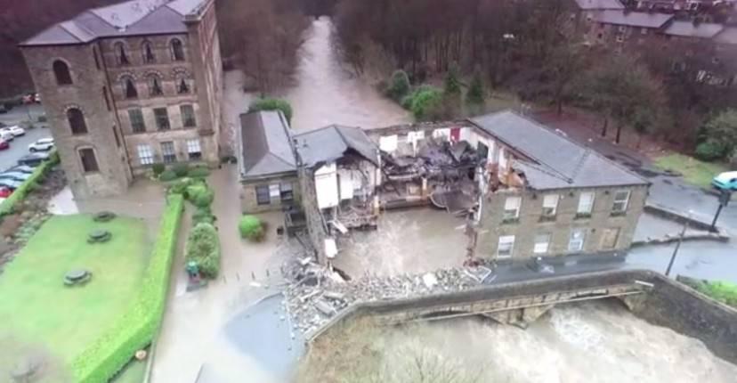 Il Waterside Inn a Summerseat, Inghilterra, distrutto dall'aluvione (Screenshot YouTube)