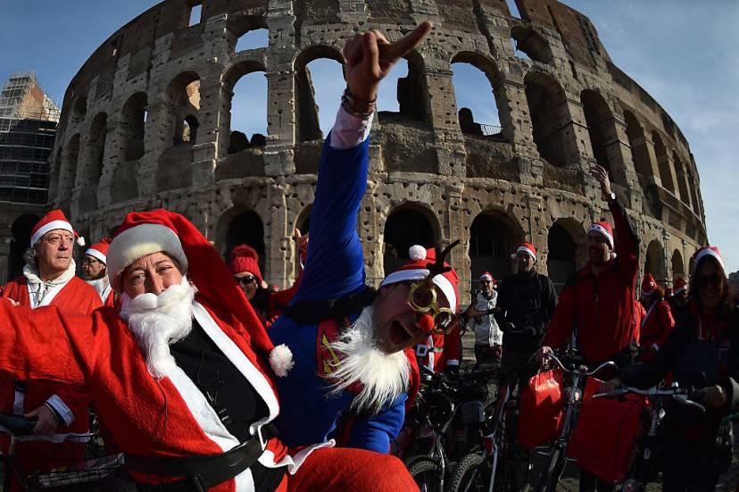 Raduno di Babbo Natale al Colosseo (GABRIEL BOUYS/AFP/Getty Images)