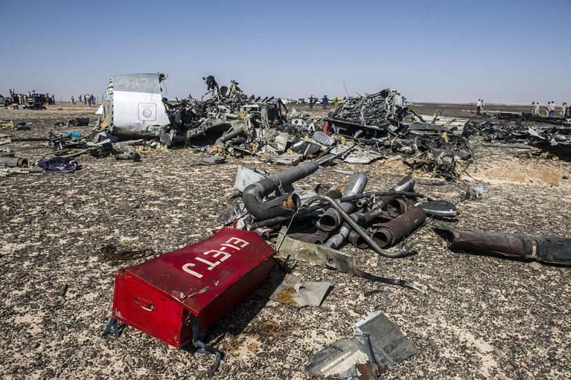 I resti del volo dell'aereo MetroJet nel Sinai (KHALED DESOUKI/AFP/Getty Images)