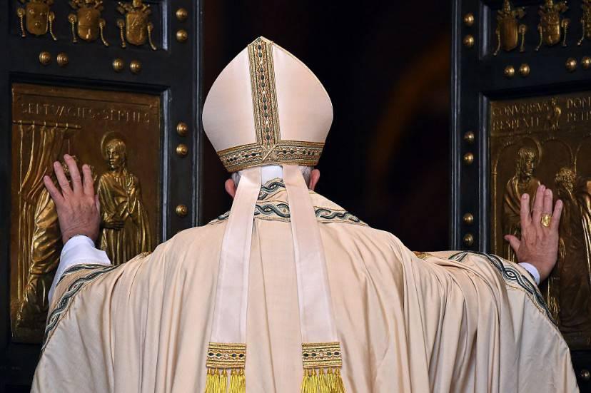 Papa Francesco apre la Porta Santa di San Pietro (VINCENZO PINTO/AFP/Getty Images)
