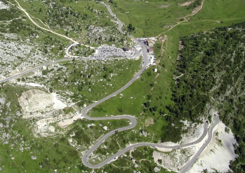 Il Passo Falzarego visto da Sass De Stria (Di Svíčková. CC BY-SA 3.0 via Wikicommons)