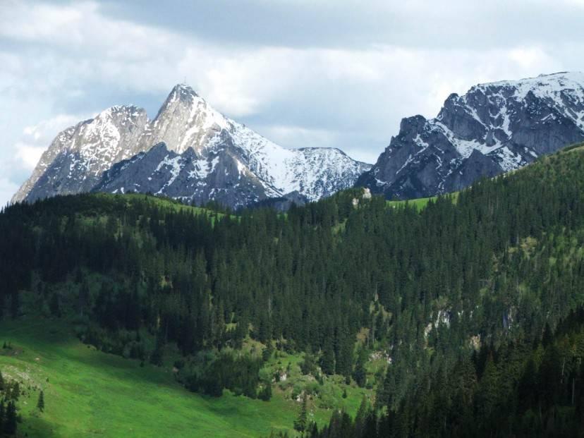 Giewont e Wielka Turnia, Tatra occidentali, Polonia (Foto di Jerzy Opioła. Licenza CC BY-SA 3.0 via Wikimedia Commons)