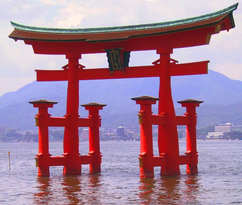 Torii, il portale di acceso del santuario di Itsukushima (Foto di Rdsmith4. Licenza CC BY-SA 2.5 via Wikimedia Commons)