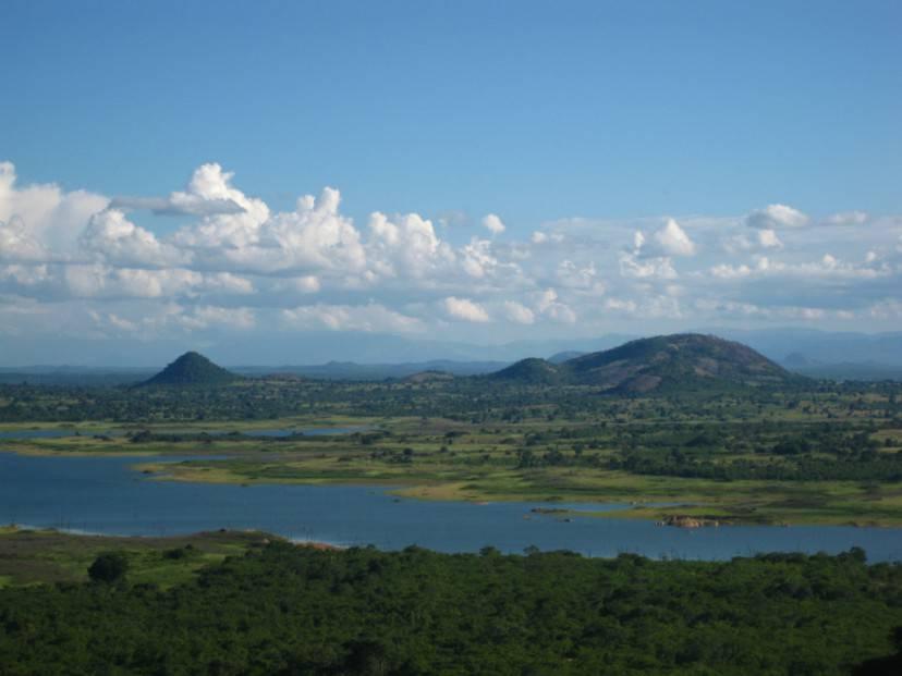 Mozambico, diga e lago di Chicamba (Foto di Ton Rulkens. Licenza CC BY-SA 2.0 via Wikimedia Commons)
