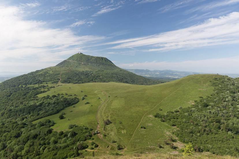 Vulcano Puy de Dôme, Alvernia, Francia (Foto di William Crochot. Licenza CC BY-SA 4.0 via Wikimedia Commons)