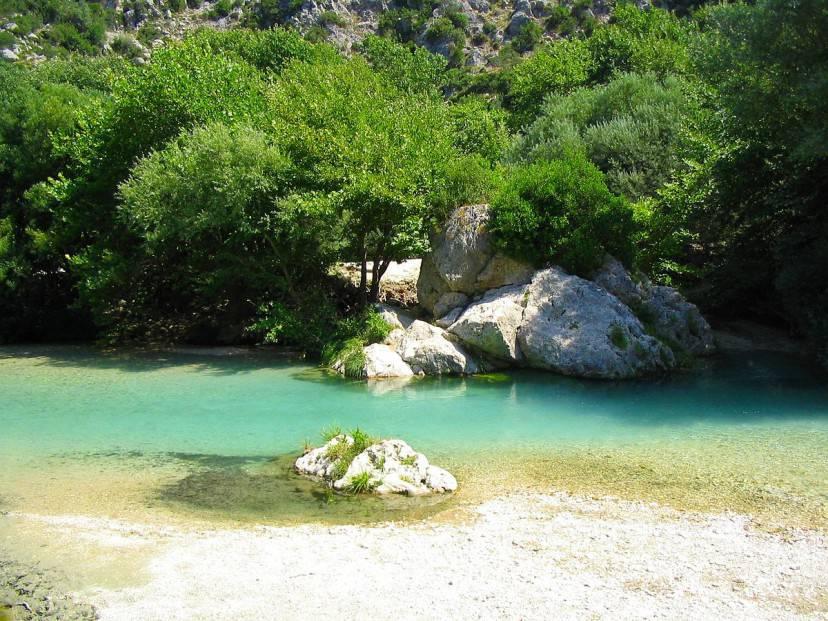 Fiume Acheronte, Grecia Foto di Oliver Deisenroth. Licenza CC BY-SA 3.0 via Wikimedia Commons)