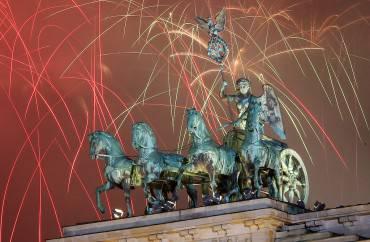 Fuochi di artificio sulla Porta di Brandeburgo (Adam Berry/Getty Images)
