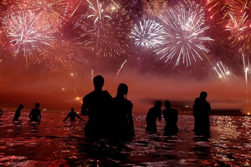 Fuochi di artificio sulla spiaggia di Copacabana per salutare il 2016 a Rio De Janeiro (YASUYOSHI CHIBA/AFP/Getty Images)