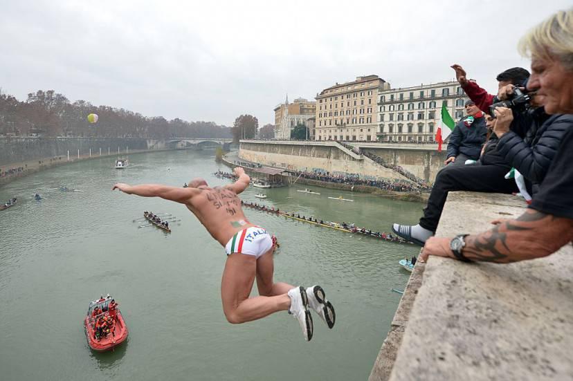 Tuffo nel Tevere a Roma, nel giorno di Capodanno (TIZIANA FABI/AFP/Getty Images)