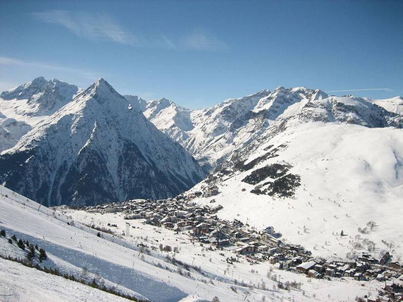 Les Deux Alpes (Foto di Wurzeller. Licenza CC BY-SA 3.0 via Wikimedia Commons)