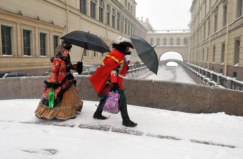 San Pietroburgo, attori vestiti da Zar Pietro il Grande e dall'Imperatrice Caterina sotto la neve (OLGA MALTSEVA/AFP/Getty Images)