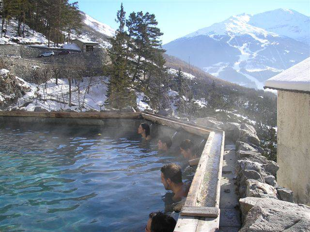 Terme di Bormio in inverno (Foto Ghisolabella. CC BY-SA 3.0 via Wikimedia Commons)