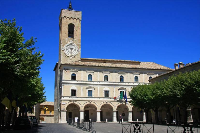 Cingoli, la piazza centrale con il Palazzo del municipio (Alessandro Vecchi. CC BY-SA 3.0, Wikipedia)